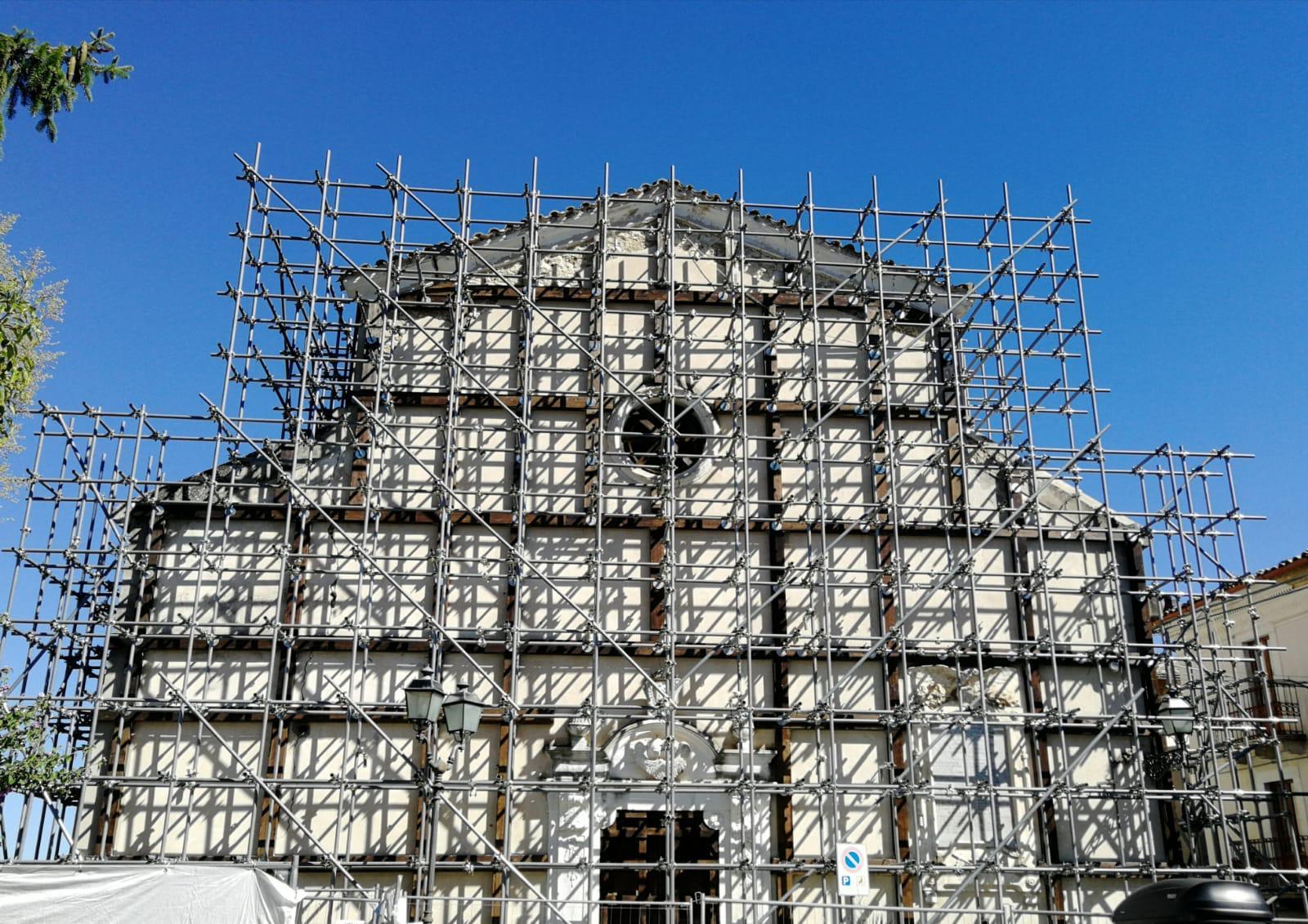 """Blasioli a Castiglione a Casauria con Legnini: """"Si mette in moto la macchina istituzionale per il recupero  e la riapertura della chiesa di Santa Maria Assunta"""""""