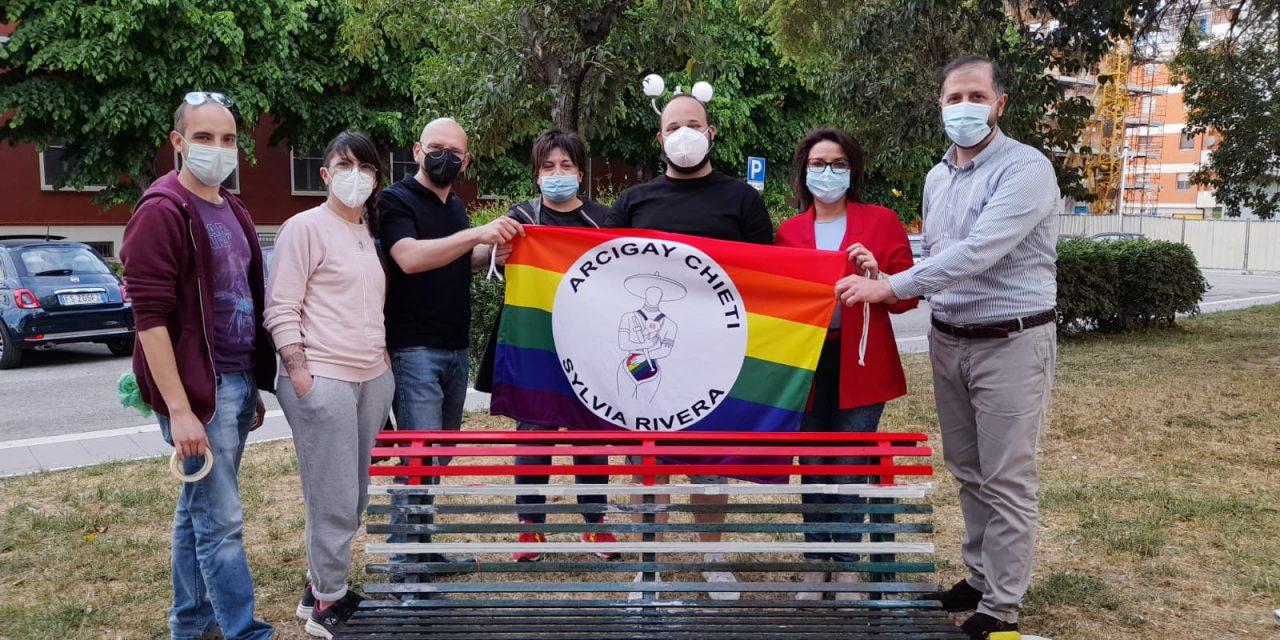 Chiet, Panchina dei diritti: in Piazza Carafa arriva la panchina Rainbow, contro l'omofobia